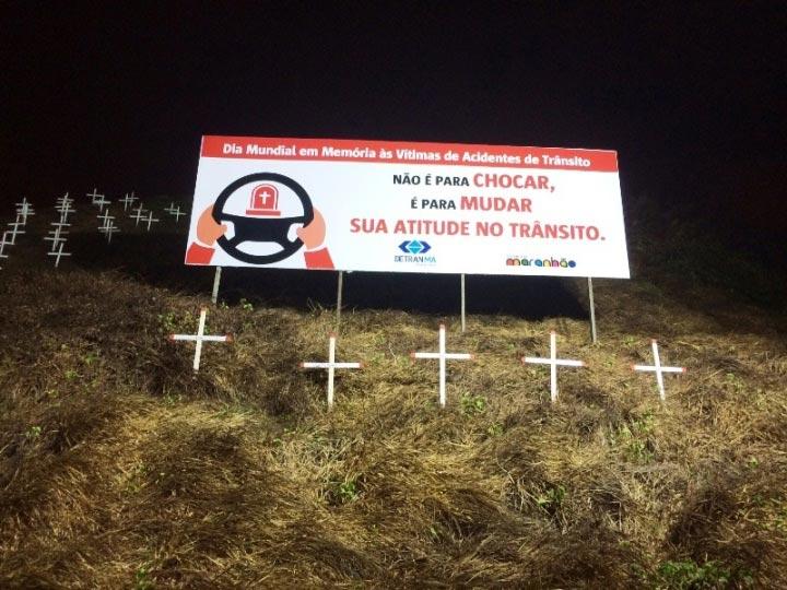 """Detran-MA transforma dunas em """"cemitério"""" para alertar motoristas"""