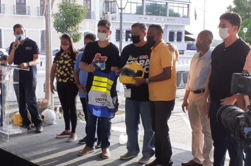 Detran-MA entrega capacetes e coletes para 300 motociclistas dos cursos especializados de transporte