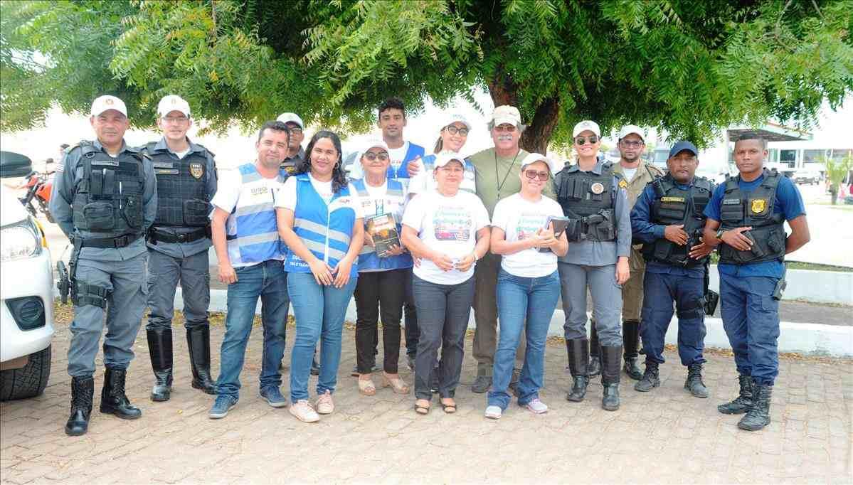 Educadores abordam motociclistas no município de Barreirinhas , alertando sobre as leis de trânsito.